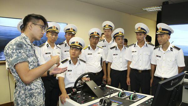 Học viên sĩ quan Hải quân Việt Nam tham quan Trung tâm Huấn luyện mô phỏng Hải quân Singapore - Sputnik Việt Nam