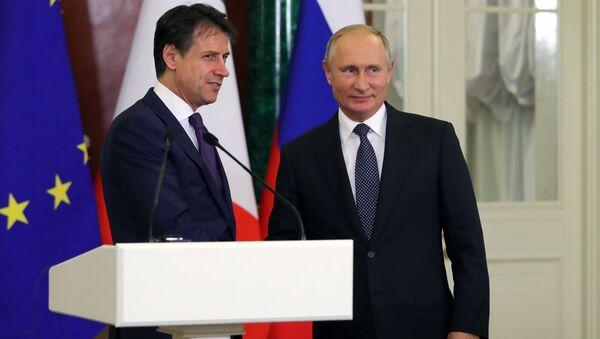 Президент РФ Владимир Путин и премьер-министр Италии Джузеппе Конте во время совместной пресс-конференции по итогам встречи. - Sputnik Việt Nam