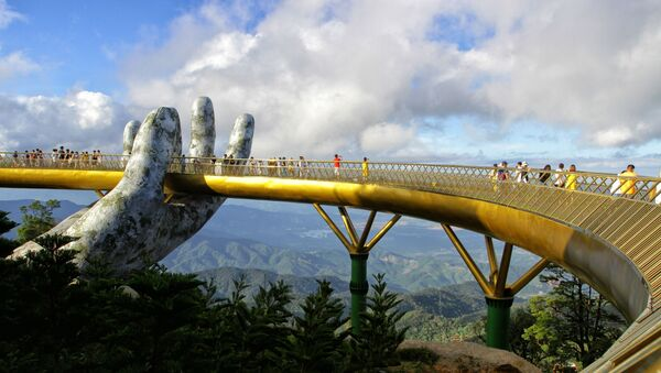 Cả một khung cảnh thiên nhiên hùng vĩ sẽ hiện ra trước mắt du khách khi đứng trên Cầu Vàng (Đà Nẵng).  - Sputnik Việt Nam