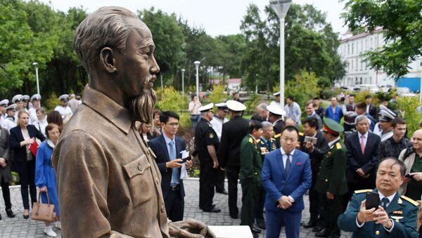 Tượng đài Chủ tịch Hồ Chí Minh, tác phẩm của nhà điêu khắc Piotr Chegodaev trong nghi lễ khánh thành tại giao điểm phố Borisenko, Vladivostok - Sputnik Việt Nam