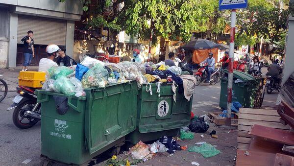 Rác thải sinh hoạt ùn ứ tại ngõ Đông Tác, quận Đống Đa (ảnh chụp ngày 5/7/2019).  - Sputnik Việt Nam