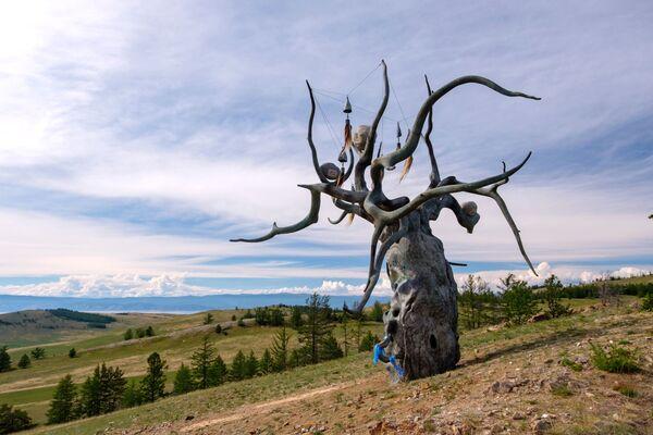 Bức tượng của nhà điêu khắc Dashi Namdakov Người bảo vệ Baikal, được dựng trên đảo Olkhon, hồ Baikal - Sputnik Việt Nam
