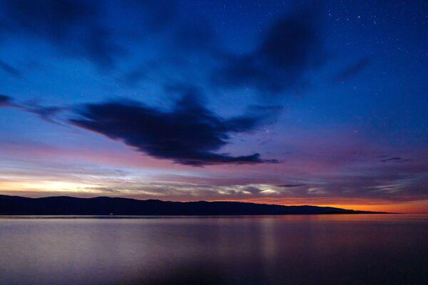 Hoàng hôn từ đảo Olkhon trên hồ Baikal, tỉnh Irkutsk - Sputnik Việt Nam