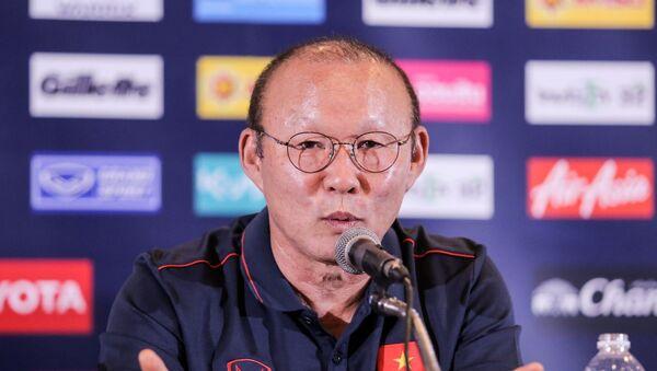 HLV Park Hang Seo trong cuộc họp báo trước trận Thái Lan-Việt Nam tại King's Cup 2019.  - Sputnik Việt Nam