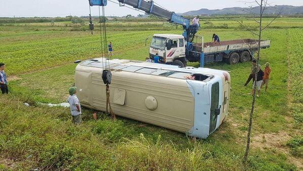 Hiện trường vụ lật xe khiến 21 công nhân bị thương.  - Sputnik Việt Nam
