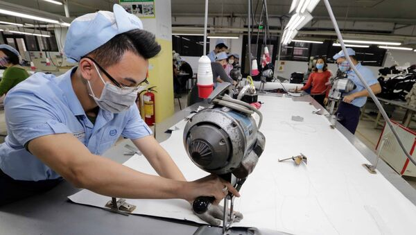 May hàng xuất khẩu sang thị trường Châu Âu tại Công ty TNHH may Đức Giang, Long Biên, Hà Nội.  - Sputnik Việt Nam