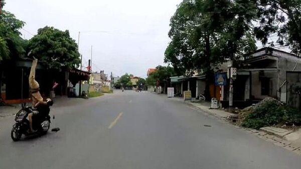 Diễn biến vụ cảnh sát giao thông Hải Phòng bị người đi xe máy hất tung - Sputnik Việt Nam
