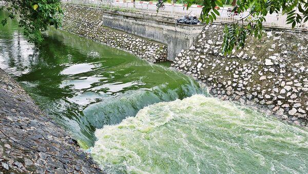Có thể thấy rõ sự khác biệt của sông Tô Lịch khi được bổ cập nước từ hồ Tây. - Sputnik Việt Nam