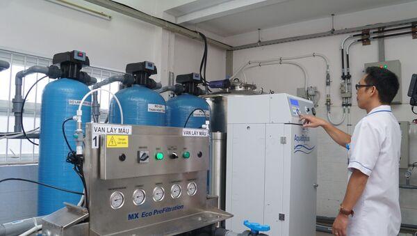 Nhân viên y tế, kỹ thuật viên của Khoa Thận nhân tạo, Bệnh viện Thống Nhất Thành phố Hồ Chí Minh vận hành hệ thống lọc máu nhân tạo.  - Sputnik Việt Nam