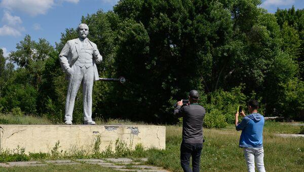 Du khách tham quan khu vực cách ly của Nhà máy điện hạt nhân Chernobyl mang tên V.I. Lenin ở thành phố Pripyat - Sputnik Việt Nam