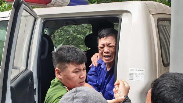 Hưng kính khóc, mếu máo chia tay người thân khi lên xe thùng trở về trại tạm giam. - Sputnik Việt Nam