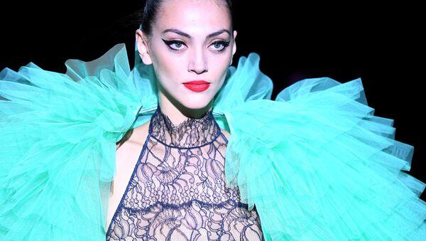 Người mẫu trong buổi giới thiệu bộ sưu tập của Andres Sarda tại tuần lễ thời trang Mercedes Benz Spring/Summer 2020 ở Madrid - Sputnik Việt Nam
