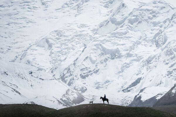 Người chăn cừu trên nền đỉnh Lenin, Kyrgyzstan - Sputnik Việt Nam