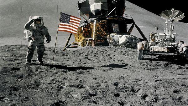 Phi hành gia James Irwin trên Mặt trăng - Sputnik Việt Nam