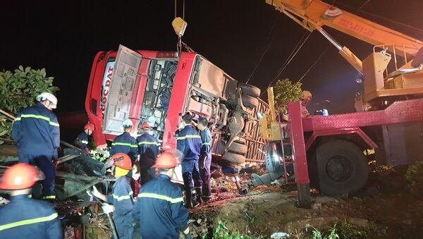Hiện trường vụ lật xe khách nhiều người thương vong ở Đắk Lắk - Sputnik Việt Nam