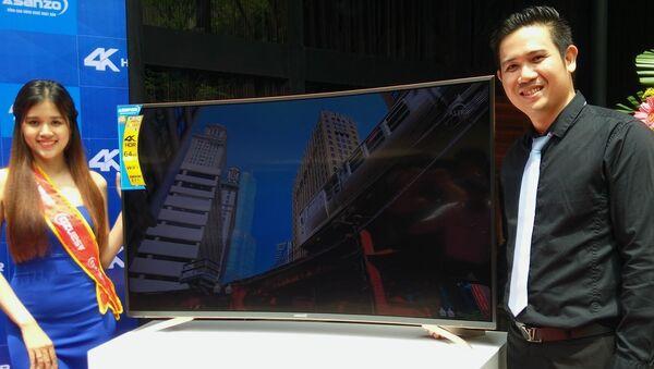 Tổng giám đốc Asanzo Phạm Văn Tam (phải) giới thiệu dòng TV màn hình cong đầu tiên của thương hiệu. - Sputnik Việt Nam