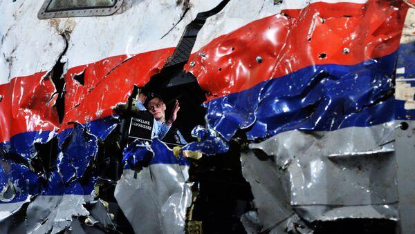 Một phần của chiếc máy bay bị bắn rơi Boeing 777 của hãng hàng không Malaysia đã được tái tạo trong thời gian công bố báo cáo về bối cảnh vụ rơi máy bay ở phía đông Ukraina hôm 17 tháng Bảy 2014, căn cứ quân sự Gilze-Reyen, Hà Lan. - Sputnik Việt Nam