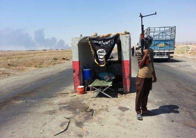 Các chiến binh al-Qaeda tại trạm kiểm soát ở phía bắc thủ đô Baghdad, Iraq