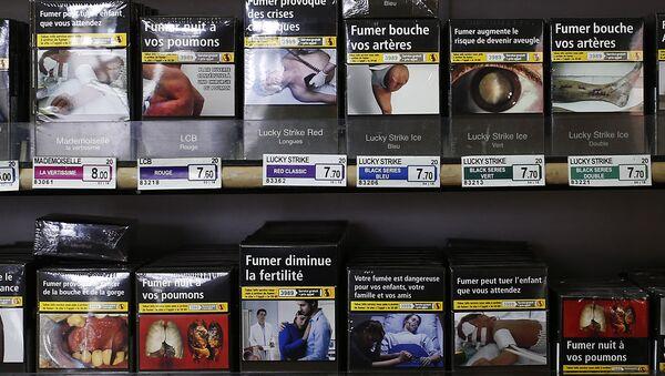Những bao thuốc trong cửa hàng thuốc lá ở Pháp - Sputnik Việt Nam