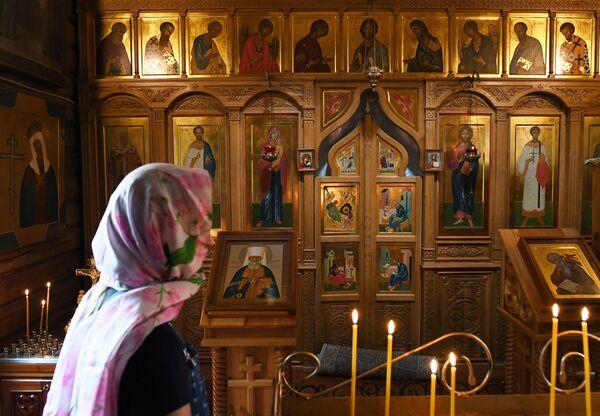 Cô gái trong Nhà thờ Thánh Gioan trên đảo Patmos - Sputnik Việt Nam