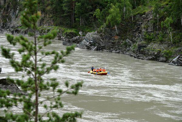 Khách du lịch bơi thuyền trên sông Katun trong khu vực Altai - Sputnik Việt Nam
