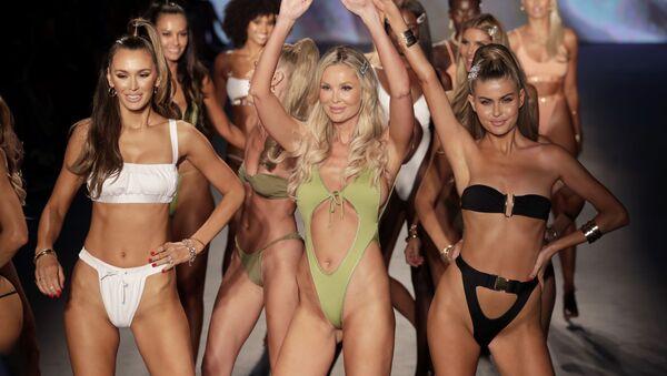 Nhà thiết kế Monica Hansen (giữa) chào mừng người xem tại buổi trình diễn thời trang trên bãi biển Miami. - Sputnik Việt Nam