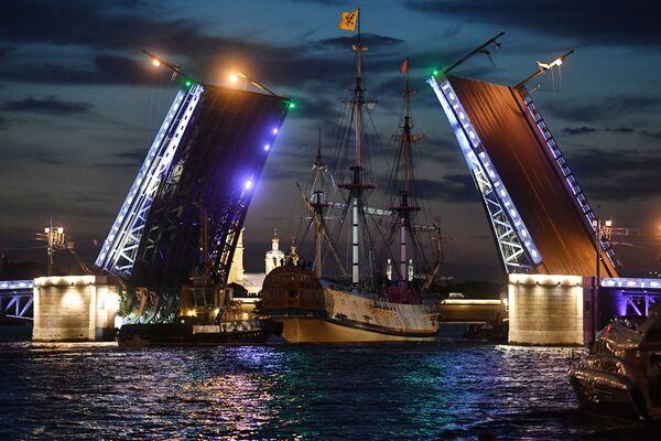 Tàu khu trục Poltava đi qua cầu Cung Điện để tham gia cuộc diễn tập diễu binh nhân Ngày Hải quân - Sputnik Việt Nam