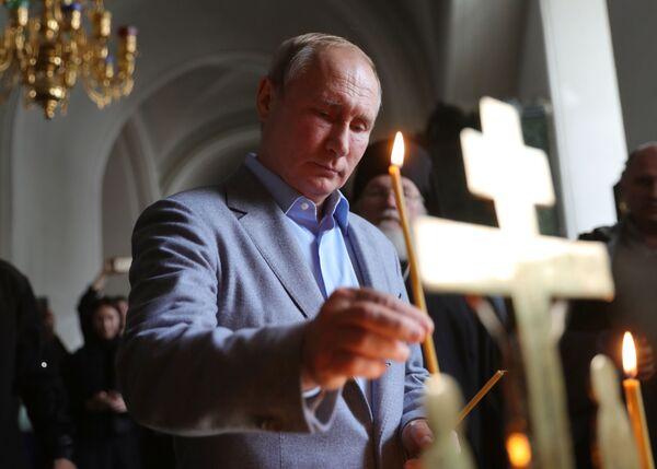 Tổng thống Nga Vladimir Putin thăm Nhà thờ Spaso-Preobrazhensky trong Tu viện nam Valaam Stavropegic - Sputnik Việt Nam