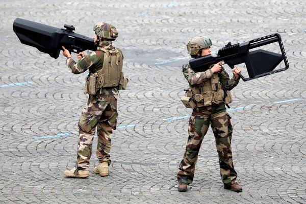 Lính Pháp cầm súng chống tăng trong cuộc diễu binh kỷ niệm Ngày Bastille trên đại lộ Champs Elysees ở Paris, Pháp - Sputnik Việt Nam
