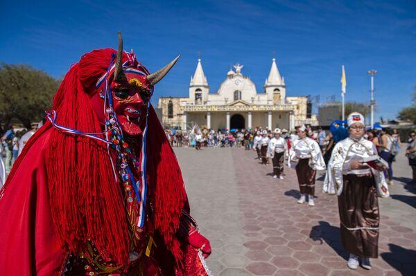 Các vũ công mặc trang phục truyền thống tại lễ hội tôn giáo ở La Tirana, Chile - Sputnik Việt Nam