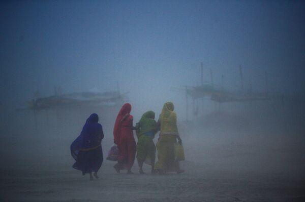 Phụ nữ đi bộ qua cơn bão cát ở Allahabad, Ấn Độ - Sputnik Việt Nam