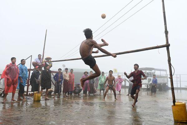Người địa phương chơi trò dân tộc chinlone gần chùa Vàng ở Myanmar - Sputnik Việt Nam