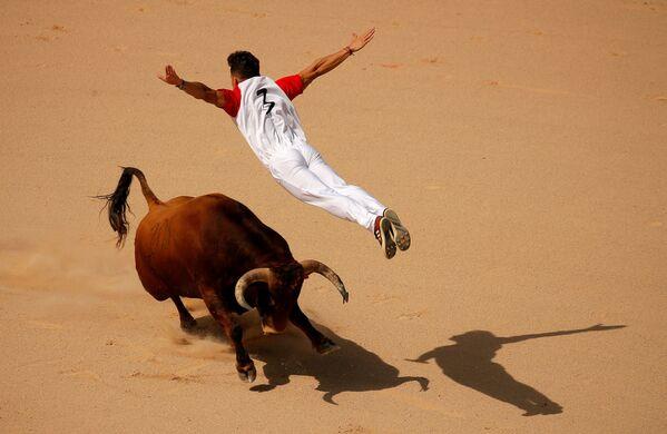 Recortador nhảy qua con bò trong lễ hội ở San Fermin, Tây Ban Nha - Sputnik Việt Nam