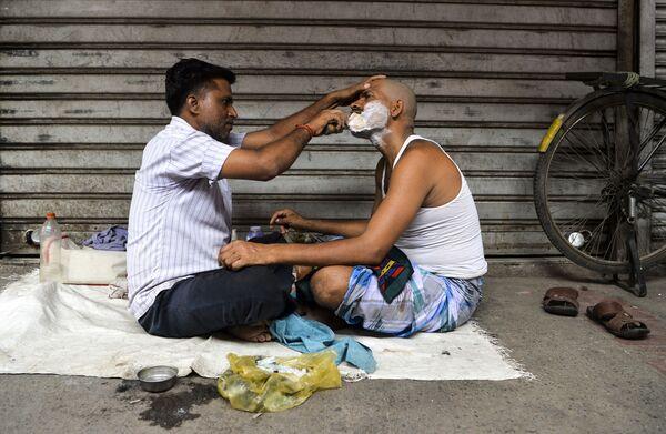 Thợ cạo phục vụ khách hàng ở khu phố cổ New Delhi, Ấn Độ - Sputnik Việt Nam