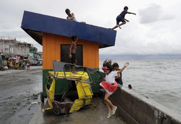 Trẻ em nhảy xuống nước ở vịnh Manila ở Philippines sau cơn mưa lớn - Sputnik Việt Nam