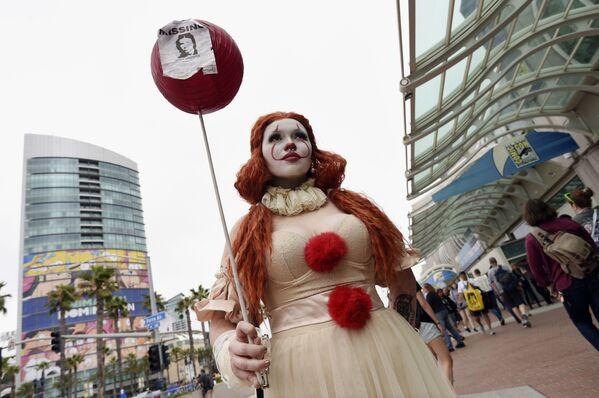 Cô gái hóa trang thành chú hề Pennywise tại lễ hội Comic-Con International 2019 ở San Diego - Sputnik Việt Nam