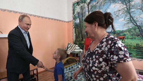 Tổng thống Nga Vladimir Putin nói chuyện với người dân Tulun tại khu lưu trú tạm thời danh cho những cư dân chịu hậu quả lũ lụt. - Sputnik Việt Nam