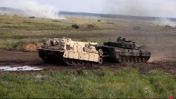 """Cuộc giao tranh của """"Abrams"""" và T-72M trên video - Sputnik Việt Nam"""