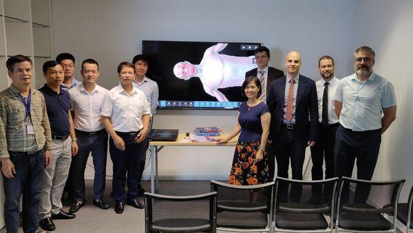 Vào ngày 18 tháng 7, tại Hà Nội, nhóm hỗ trợ xuất khẩu do Bộ Công Thương Nga và Trung tâm Xuất khẩu Nga thành lập đã tổ chức lễ giới thiệu một thiết bị độc đáo của Nga - bàn giải phẫu tương tác. - Sputnik Việt Nam
