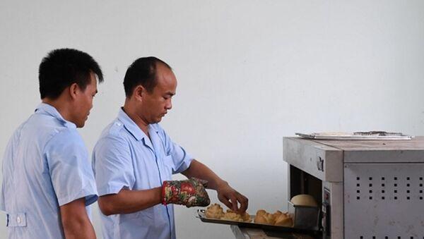 Các thành viên Đội tuyển bếp dã chiến thực hành làm bánh - Sputnik Việt Nam