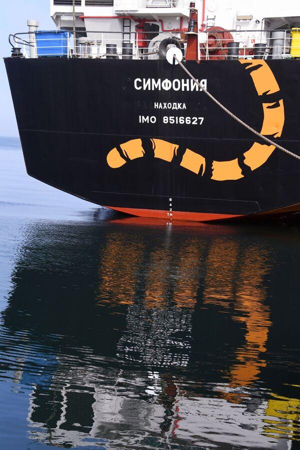 """Tàu ướp lạnh vận chuyển """"Symphonya""""  tại cảng làng Yuznyi-Morsky vùng Primorye.Tàu ướp lạnh vận chuyển """"Symphonya""""  tại cảng làng Yuznyi-Morsky vùng Primorye. - Sputnik Việt Nam"""