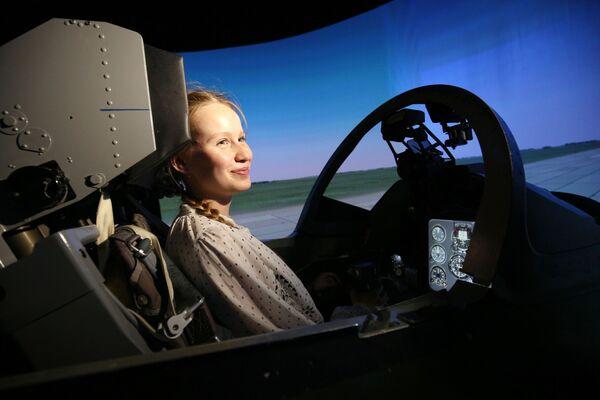 Nữ thí sinh trong chuyến thăm tổ hợp huấn luyện trên thiết bị mô phỏng máy bay L-39 tại Trường không quân cao cấp Krasnodar mang tên A.K.Serov  - Sputnik Việt Nam