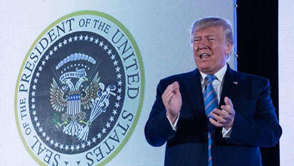 Ông Trump phát biểu trước phông biểu tượng Tổng thống Hoa Kỳ có đại bàng hai đầu - Sputnik Việt Nam