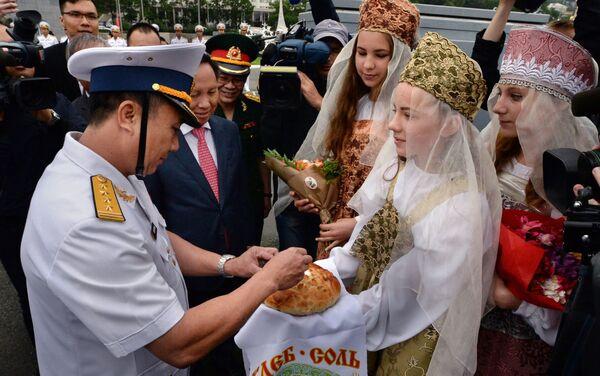 Đại tá Nguyễn Văn Ngân trong buổi lễ chào mừng tàu khu trục Quang Trung, chính thức  tham gia cuộc diễu binh  trên biển nhân dịp Ngày Hải quân Nga, tại Vịnh  Zolotoy Rog   ở Vladivostok - Sputnik Việt Nam