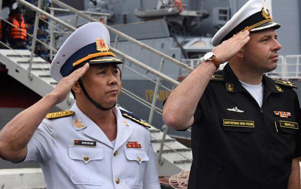 Đại tá  Alexandr Schvartz, chỉ huy nhóm tàu mặt nước liên quân hạm đội Thái Bình Dương và đại tá  Nguyễn Văn Ngân,  tại buổi lễ long trọng đón tàu khu trục Quang Trung, chính thức tham gia cuộc diễu binh trên biển nhân dịp Ngày Hải quân Nga, tại Vịnh Zolotoy Rog  ở Vladivostok - Sputnik Việt Nam