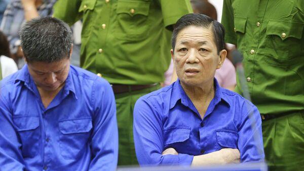 """Bị cáo Nguyễn Kim Hưng (tức Hưng """"kính"""", bên phải) cùng các đồng phạm nghe tòa tuyên án. - Sputnik Việt Nam"""