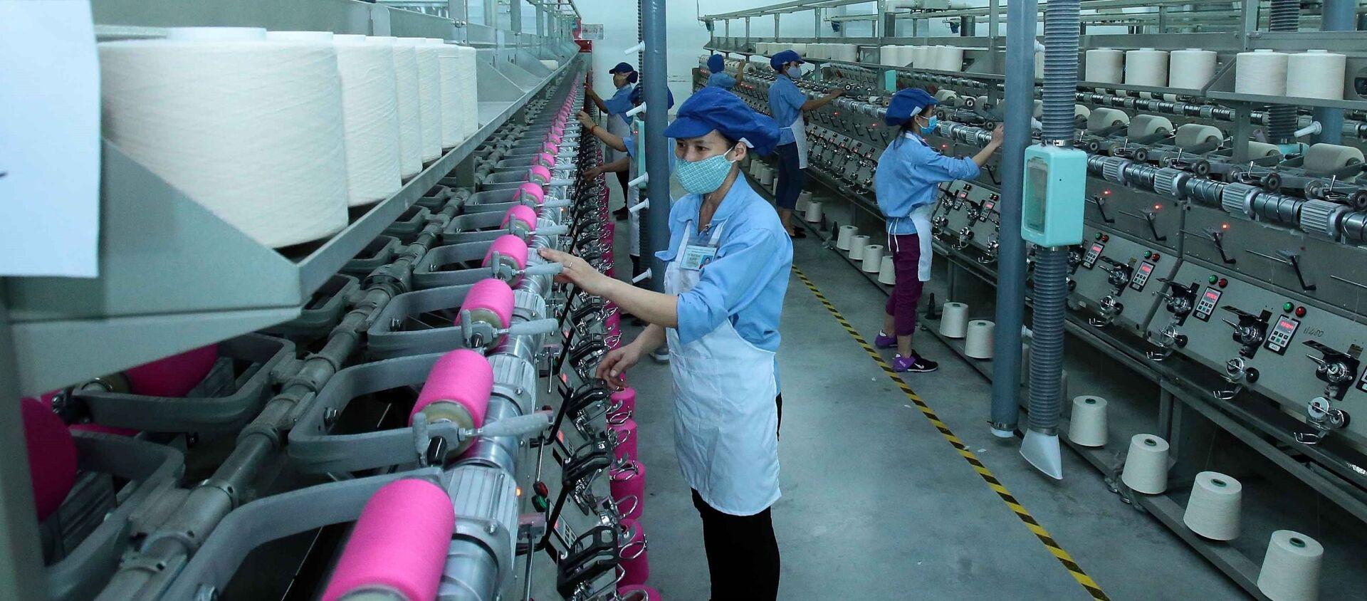 Công nhân sản xuất sản phẩm dệt nhuộm tại công ty TNHH Dệt nhuộm Jasan Việt Nam (Khu công nghiệp dệt may Phố Nối B, huyện Yên Mỹ, Hưng Yên) có vốn đầu tư 100% của Trung Quốc.  - Sputnik Việt Nam, 1920, 29.07.2019