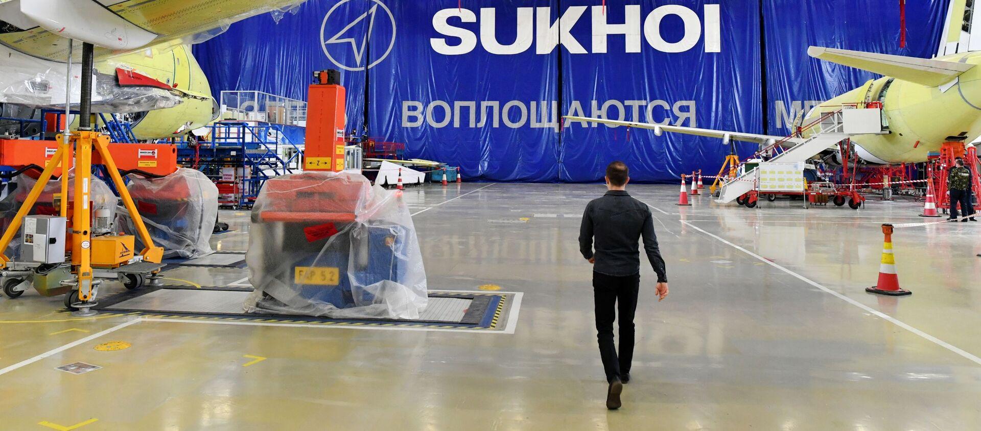 Máy bay Sukhoi Superjet 100 trong xưởng lắp ráp cuối cùng của nhà máy chế tạo máy bay mang tên Gagarin ở Komsomolsk- trên-sông Amur - Sputnik Việt Nam, 1920, 18.03.2021