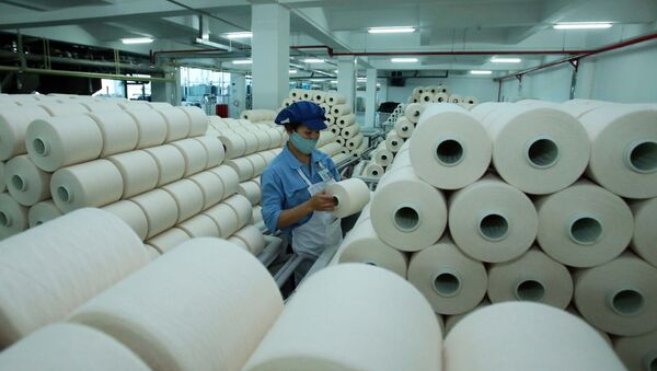 Công nhân sản xuất sản phẩm dệt nhuộm tại công ty TNHH Dệt nhuộm Jasan Việt Nam (Khu công nghiệp dệt may Phố Nối B, huyện Yên Mỹ, Hưng Yên) có vốn đầu tư 100% của Trung Quốc.  - Sputnik Việt Nam