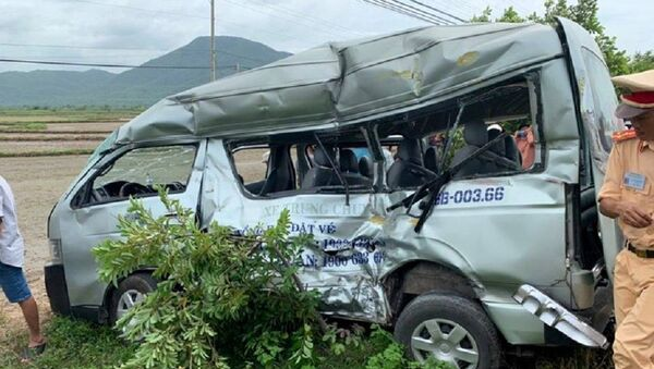 Xe 16 chỗ bị tàu lửa hất văng khi băng ngang đường sắt, 3 người tử vong tại chỗ - Sputnik Việt Nam